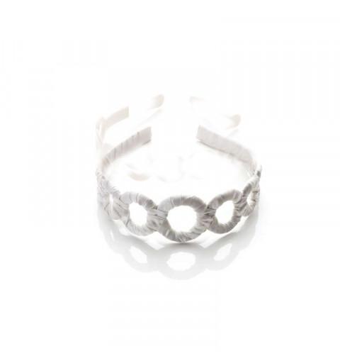 Vitt diadem i tyg med ringar bröllop