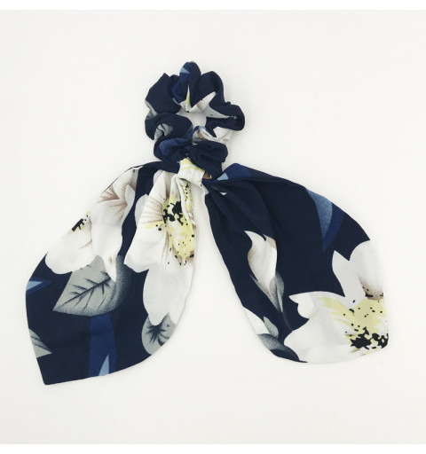 Scrunchie med blommig scarfdetalj