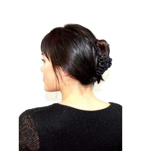 Svart hårklämma med matt yta.